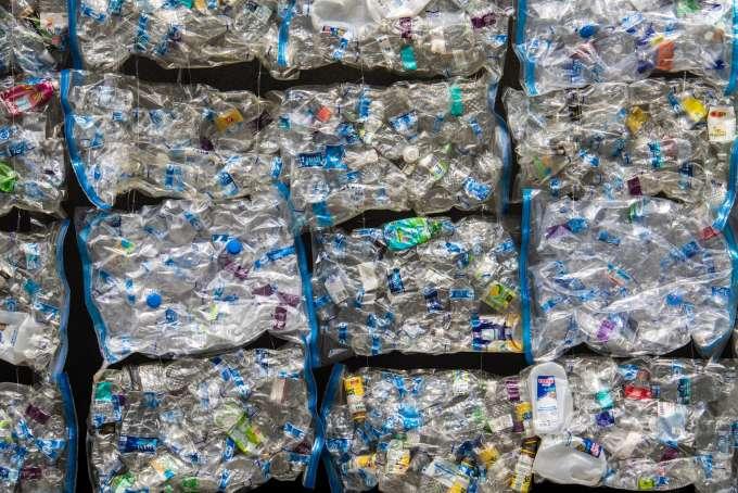 Амазон производит миллионы фунтов пластмассовых отходов