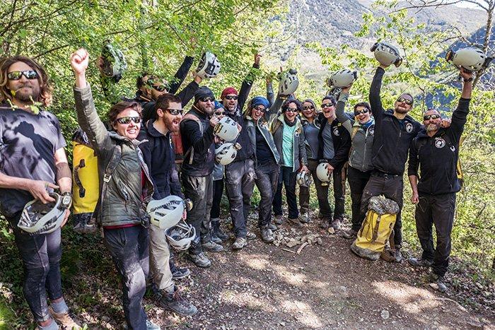 15 человек провели 40 дней в пещере без телефонов, часов и солнечного света